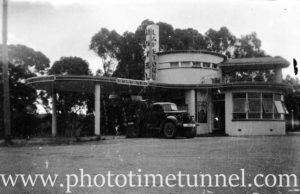 Lapstone Hotel Road Bar, NSW, circa 1950s.