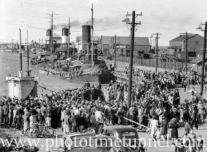 Crowd at Newcastle Harbour, NSW, for the visit of the British submarine HMS Virtue, September 10, 1945. (1)