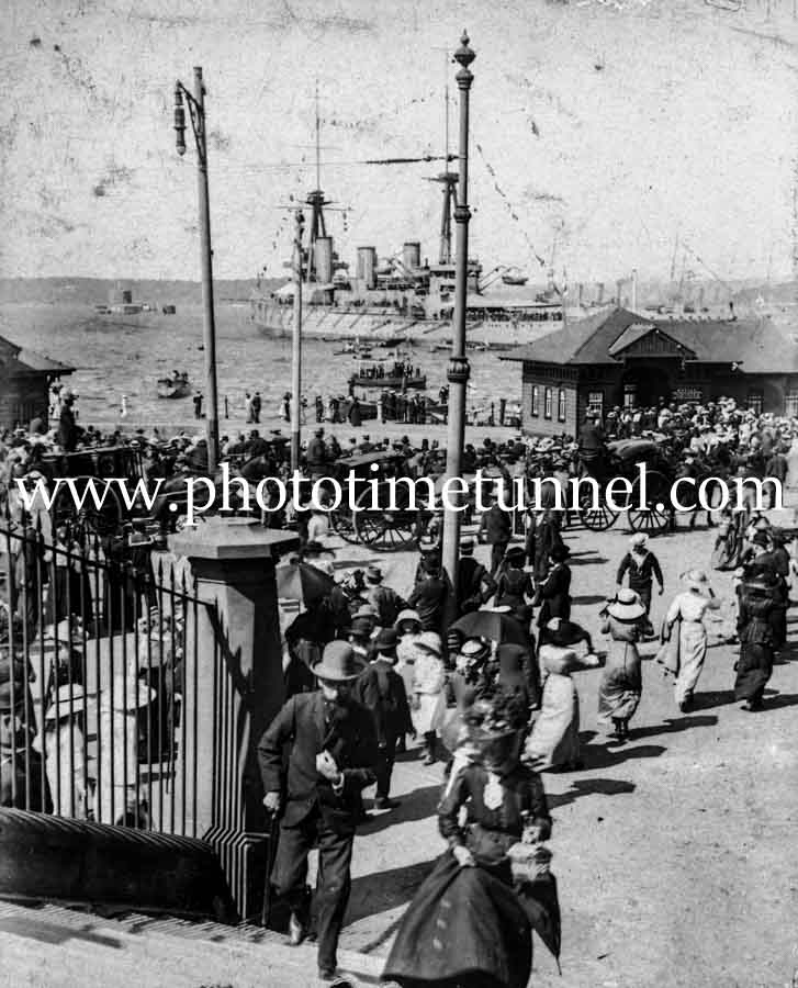 Crowds at the arrival of HMAS Australia at Sydney, 4-10-1913.