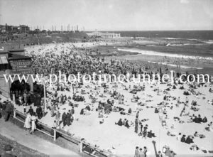 Crowds on Newcastle Beach, NSW, November 28, 1937