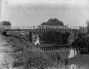 Bridge over Wallis Creek, East Maitland, circa 1910.