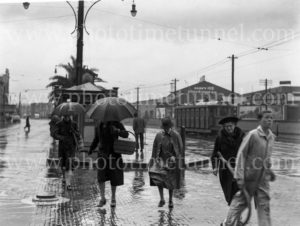 Shoppers on a rainy day, Hunter and Scott Streets, Newcastle, August 1940.