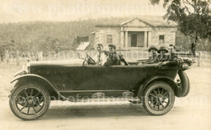 Motor tour to Jenolan Caves, outside Hartley Courthouse in the Blue Mountains, NSW, January 3, 1924.