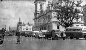 Buses outside Geelong Post Office, Victoria, circa 1940s.