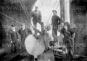 Workers at the broken propeller of SS Kaiwarra, Newcastle, NSW, August 2, 1920.